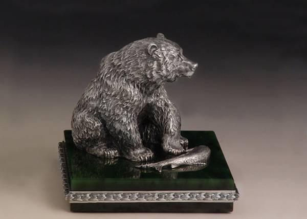 скульптура медведя с рыбой в зубах фото княжика